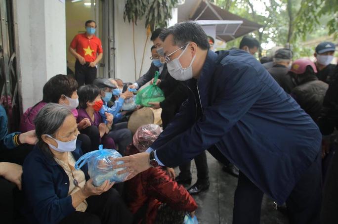 Báo Người Lao Động khai trương cây ATM thực phẩm miễn phí tại Hà Nội - Ảnh 16.