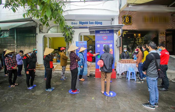 Báo Người Lao Động khai trương cây ATM thực phẩm miễn phí tại Hà Nội - Ảnh 8.