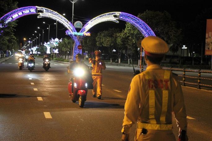 Đà Nẵng: Quái xế lao thẳng vào tổ trực khi bị CSGT đón lõng dừng xe - Ảnh 3.