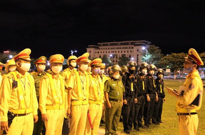 Đà Nẵng: Quái xế lao thẳng vào tổ trực khi bị CSGT đón lõng dừng xe - Ảnh 2.