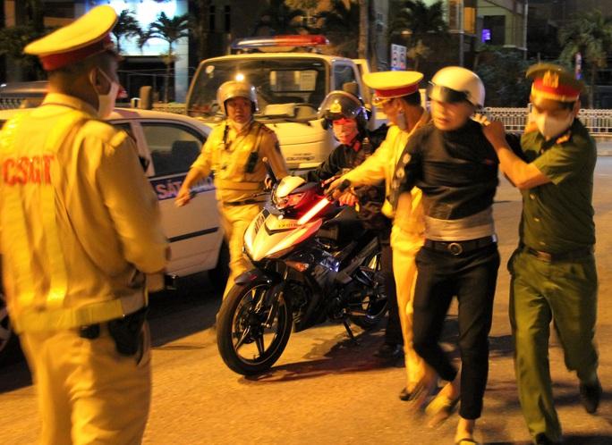 Đà Nẵng: Quái xế lao thẳng vào tổ trực khi bị CSGT đón lõng dừng xe - Ảnh 4.