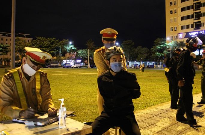 Đà Nẵng: Quái xế lao thẳng vào tổ trực khi bị CSGT đón lõng dừng xe - Ảnh 5.