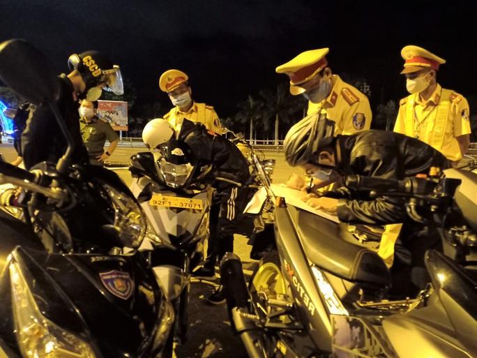 Đà Nẵng: Quái xế lao thẳng vào tổ trực khi bị CSGT đón lõng dừng xe - Ảnh 6.