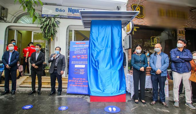 Báo Người Lao Động khai trương cây ATM thực phẩm miễn phí tại Hà Nội - Ảnh 1.