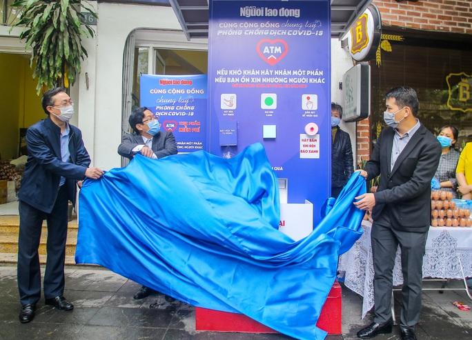 Báo Người Lao Động khai trương cây ATM thực phẩm miễn phí tại Hà Nội - Ảnh 3.