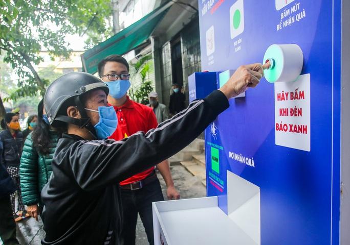 Báo Người Lao Động khai trương cây ATM thực phẩm miễn phí tại Hà Nội - Ảnh 29.