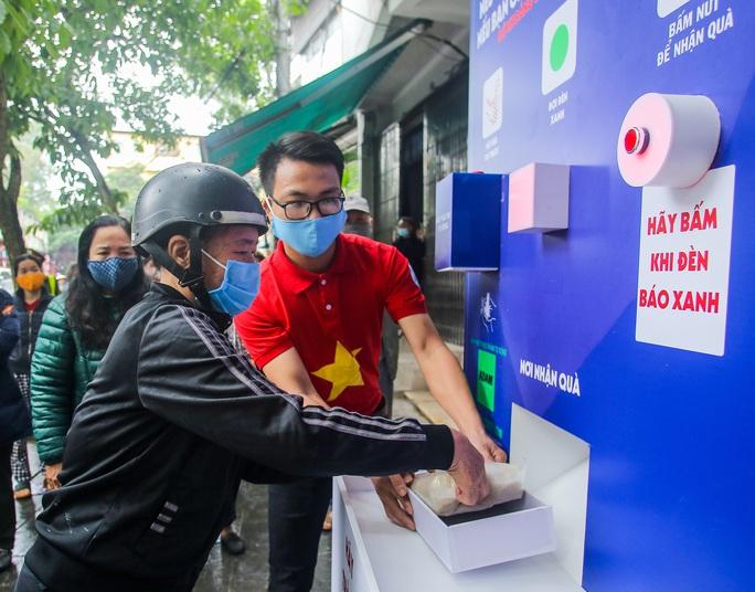 Báo Người Lao Động khai trương cây ATM thực phẩm miễn phí tại Hà Nội - Ảnh 19.