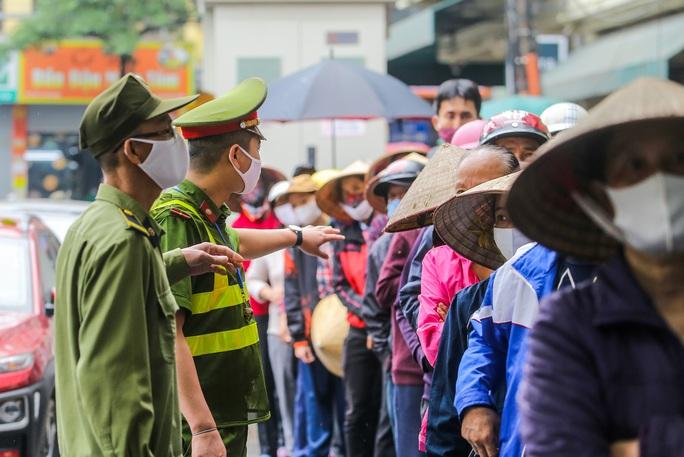 Báo Người Lao Động khai trương cây ATM thực phẩm miễn phí tại Hà Nội - Ảnh 21.