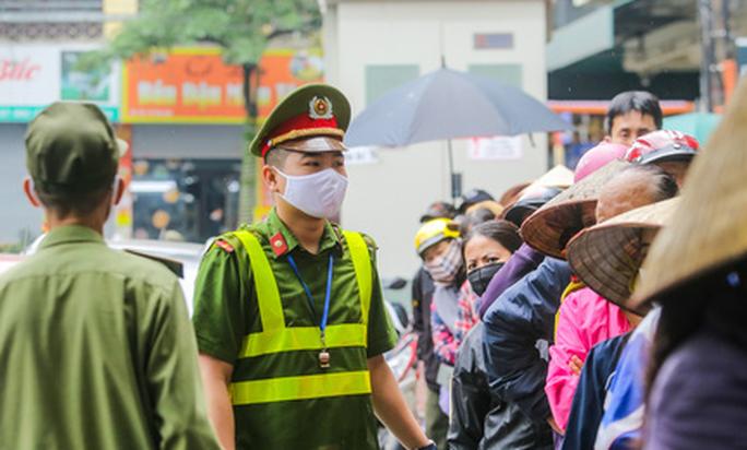 Báo Người Lao Động khai trương cây ATM thực phẩm miễn phí tại Hà Nội - Ảnh 30.