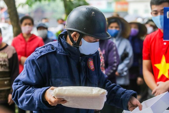 Báo Người Lao Động khai trương cây ATM thực phẩm miễn phí tại Hà Nội - Ảnh 31.