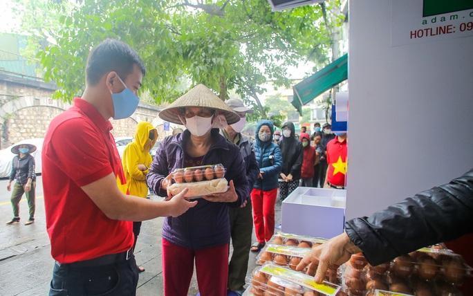 Báo Người Lao Động khai trương cây ATM thực phẩm miễn phí tại Hà Nội - Ảnh 22.