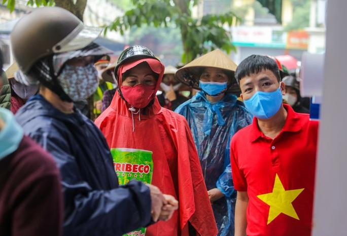Báo Người Lao Động khai trương cây ATM thực phẩm miễn phí tại Hà Nội - Ảnh 23.