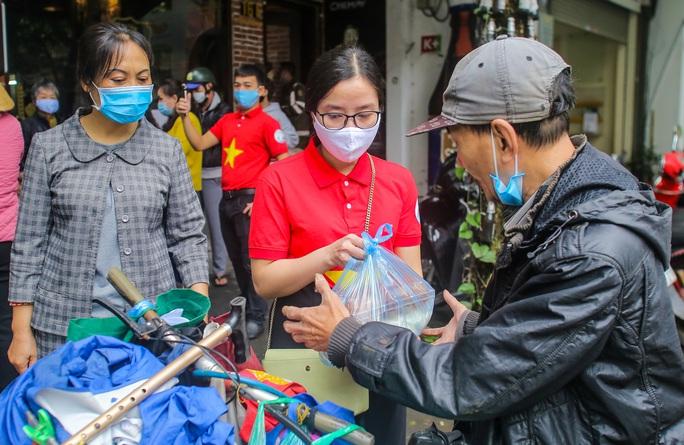 Báo Người Lao Động khai trương cây ATM thực phẩm miễn phí tại Hà Nội - Ảnh 24.