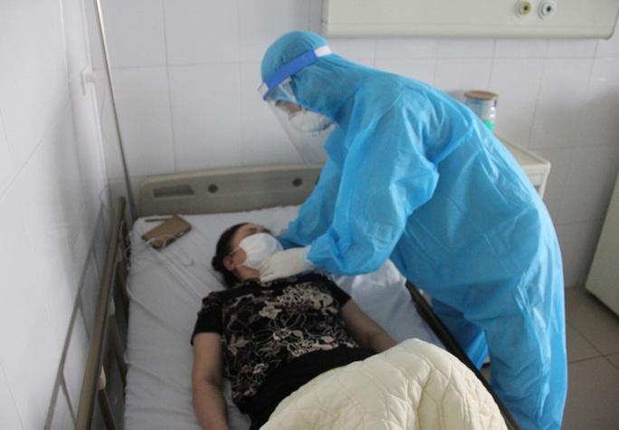 Bác gái bệnh nhân Covid-19 số 17 bất ngờ sốt trở lại, rối loạn đông máu cao hơn bình thường - Ảnh 1.