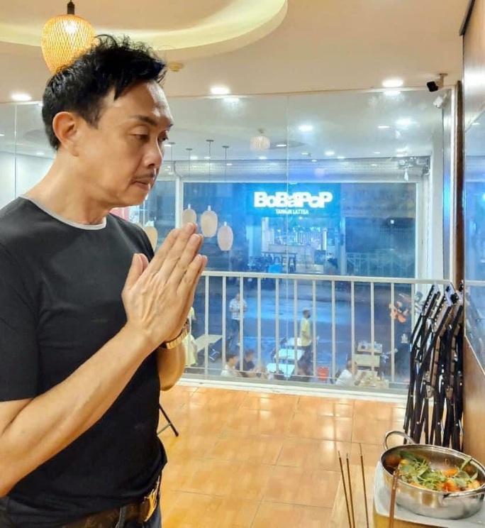 Nghệ sĩ Chí Tài, Long đẹp trai cúng giỗ 10 năm cố nghệ sĩ Hữu Lộc - Ảnh 3.