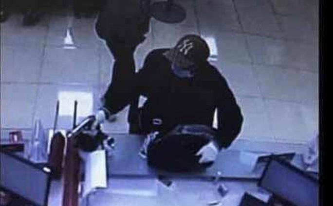 Nghi phạm nghi dùng súng cướp tại ngân hàng Techcombank đầu thú - Ảnh 1.