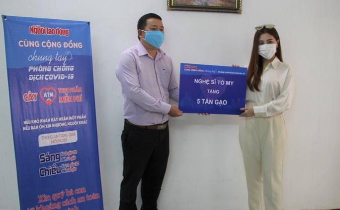 Ca sĩ Tố My và gia đình tặng 5 tấn gạo cho ATM thực phẩm miễn phí của Báo Người Lao Động - Ảnh 1.
