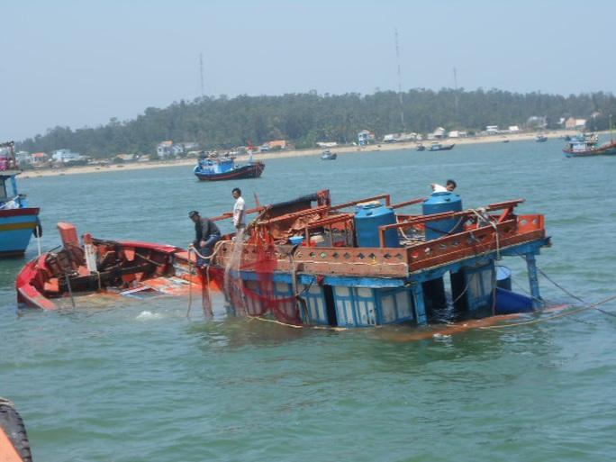 Kịp thời cứu 3 ngư dân bị chìm tàu trên biển Quảng Ngãi - Ảnh 1.