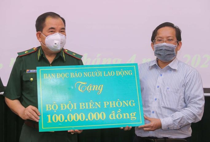 Báo Người Lao Động trao 100 triệu đồng tặng Bộ đội Biên phòng - Ảnh 1.