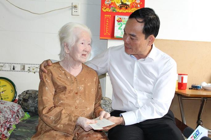 Lãnh đạo TP HCM thăm các cá nhân có thành tích tiêu biểu trong chiến dịch Hồ Chí Minh - Ảnh 1.