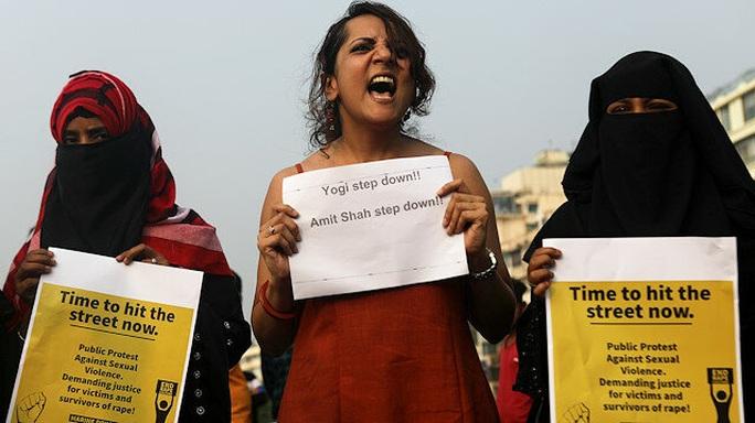 Ấn Độ: Phụ nữ thất nghiệp do Covid-19, đi bộ về nhà bị hiếp dâm - Ảnh 1.