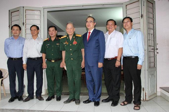 Bí thư Thành ủy TP HCM thăm các cá nhân, đơn vị tiêu biểu trong Chiến dịch Hồ Chí Minh - Ảnh 1.
