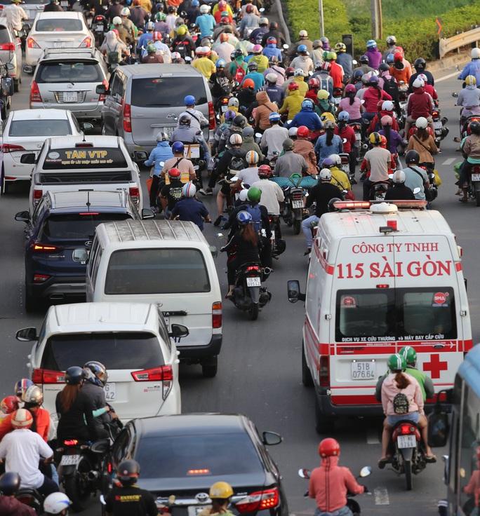 Nới lỏng giãn cách xã hội, cửa ngõ TP HCM đông nghịt người đi nghỉ lễ  - Ảnh 2.
