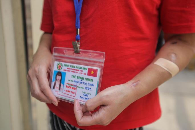 Trao tặng quà của bạn đọc Báo Người Lao Động cho bệnh nhân xóm chạy thận tại Hà Nội - Ảnh 9.