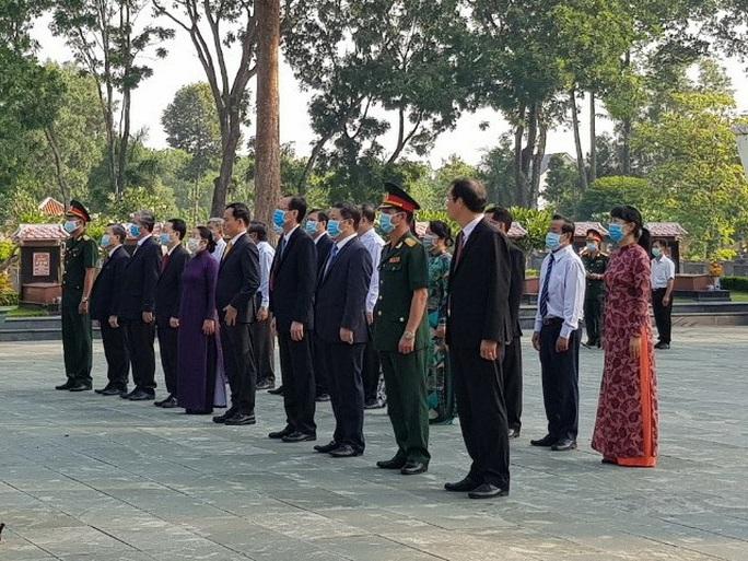 Lãnh đạo TP HCM dâng hương, dâng hoa tưởng niệm Chủ tịch Hồ Chí Minh, các anh hùng liệt sĩ - Ảnh 6.