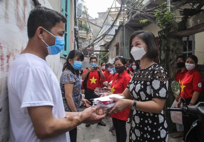 Trao tặng quà của bạn đọc Báo Người Lao Động cho bệnh nhân xóm chạy thận tại Hà Nội - Ảnh 6.