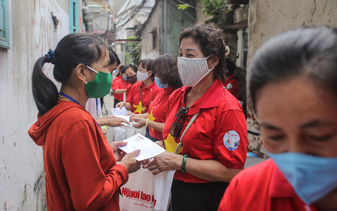 Trao tặng quà của bạn đọc Báo Người Lao Động cho bệnh nhân xóm chạy thận tại Hà Nội - Ảnh 13.