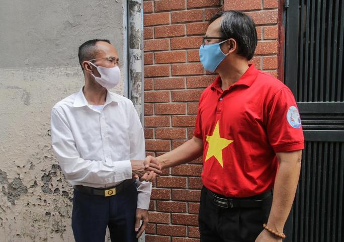Trao tặng quà của bạn đọc Báo Người Lao Động cho bệnh nhân xóm chạy thận tại Hà Nội - Ảnh 5.