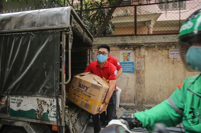 Trao tặng quà của bạn đọc Báo Người Lao Động cho bệnh nhân xóm chạy thận tại Hà Nội - Ảnh 7.