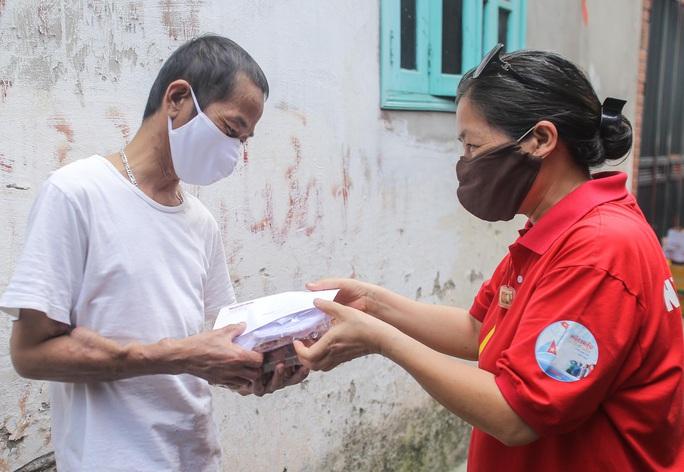 Trao tặng quà của bạn đọc Báo Người Lao Động cho bệnh nhân xóm chạy thận tại Hà Nội - Ảnh 14.