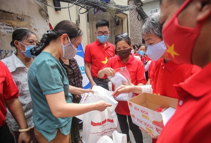 Trao tặng quà của bạn đọc Báo Người Lao Động cho bệnh nhân xóm chạy thận tại Hà Nội - Ảnh 11.