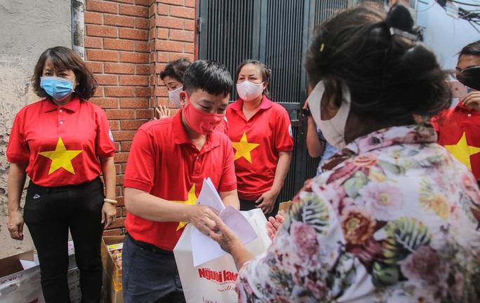 Trao tặng quà của bạn đọc Báo Người Lao Động cho bệnh nhân xóm chạy thận tại Hà Nội - Ảnh 10.