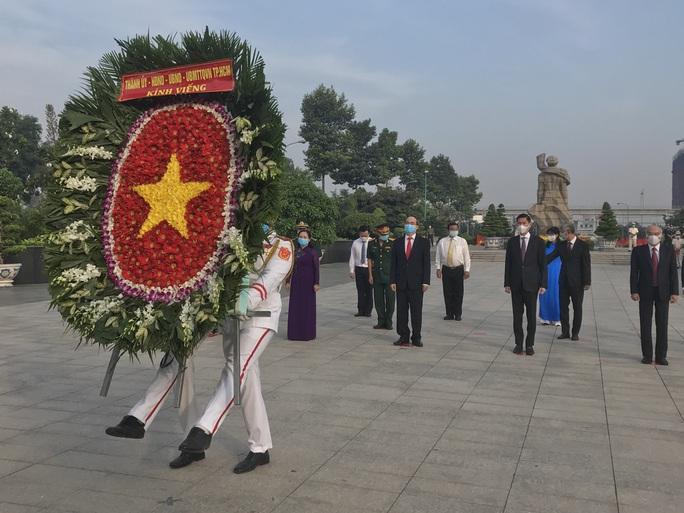 Lãnh đạo TP HCM dâng hương, dâng hoa tưởng niệm Chủ tịch Hồ Chí Minh, các anh hùng liệt sĩ - Ảnh 2.