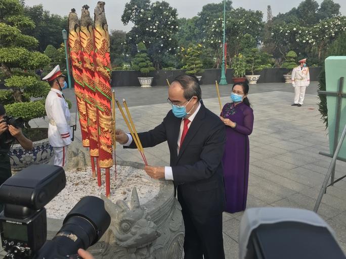 Lãnh đạo TP HCM dâng hương, dâng hoa tưởng niệm Chủ tịch Hồ Chí Minh, các anh hùng liệt sĩ - Ảnh 3.
