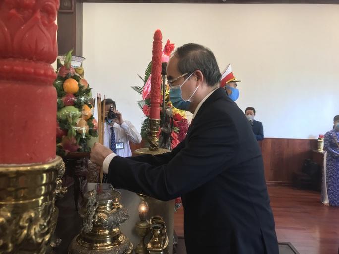 Lãnh đạo TP HCM dâng hương, dâng hoa tưởng niệm Chủ tịch Hồ Chí Minh, các anh hùng liệt sĩ - Ảnh 5.