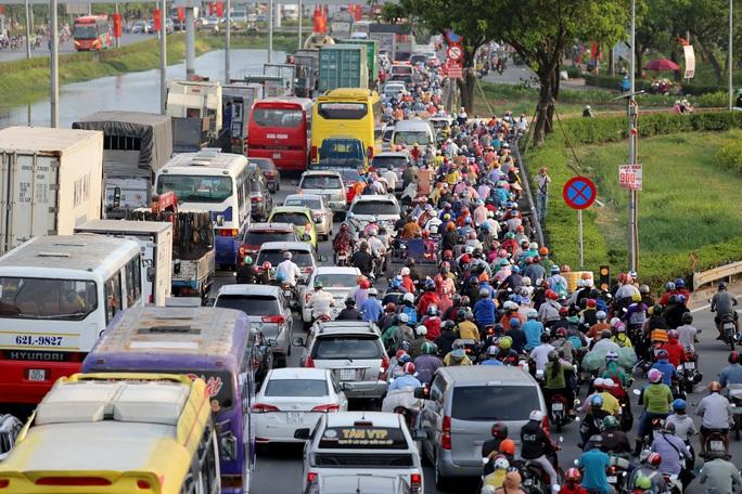 Nới lỏng giãn cách xã hội, cửa ngõ TP HCM đông nghịt người đi nghỉ lễ  - Ảnh 1.