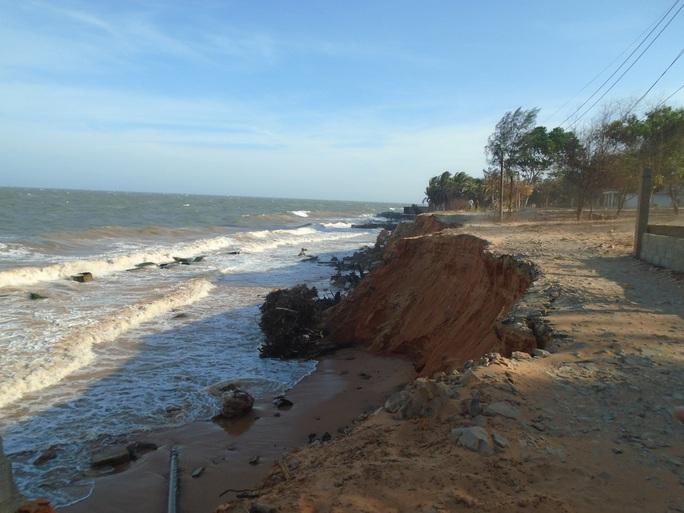 Bình Thuận: Sóng lớn đánh bay con đường cùng nhiều công trình xuống biển - Ảnh 1.