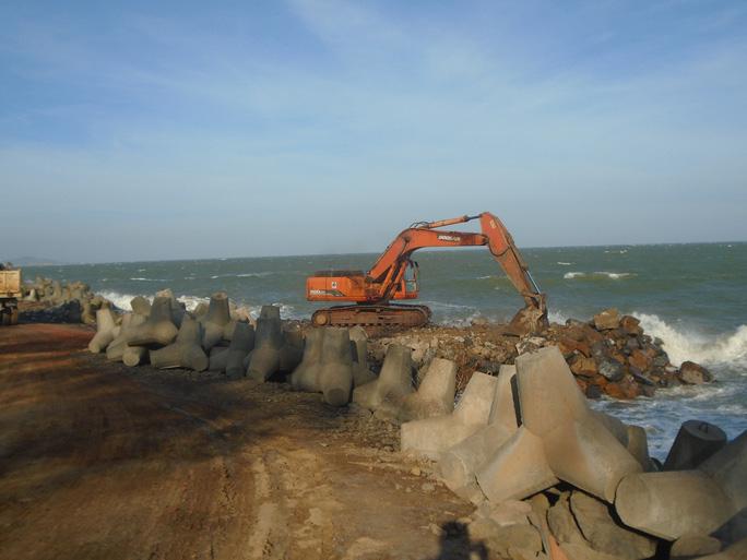 Bình Thuận: Sóng lớn đánh bay con đường cùng nhiều công trình xuống biển - Ảnh 4.