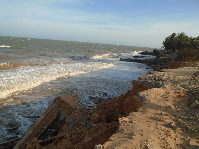 Bình Thuận: Sóng lớn đánh bay con đường cùng nhiều công trình xuống biển - Ảnh 2.