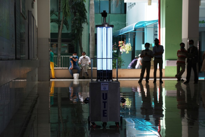 Cận cảnh Robot điều khiển từ xa, diệt virus bằng tia UV - Ảnh 2.