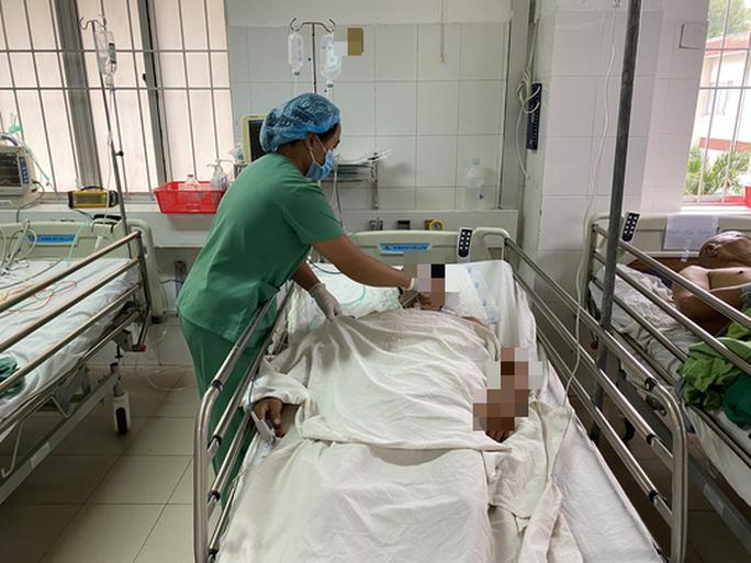 Nhờ báo động đỏ, 2 thanh niên bị đâm thấu bụng được cứu sống - Ảnh 2.