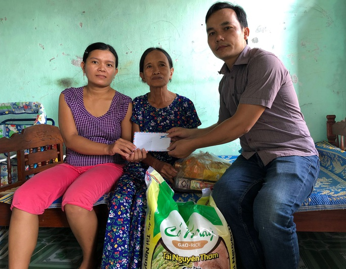 ATM thực phẩm miễn phí tặng quà gia đình anh Duy ve chai - Ảnh 1.