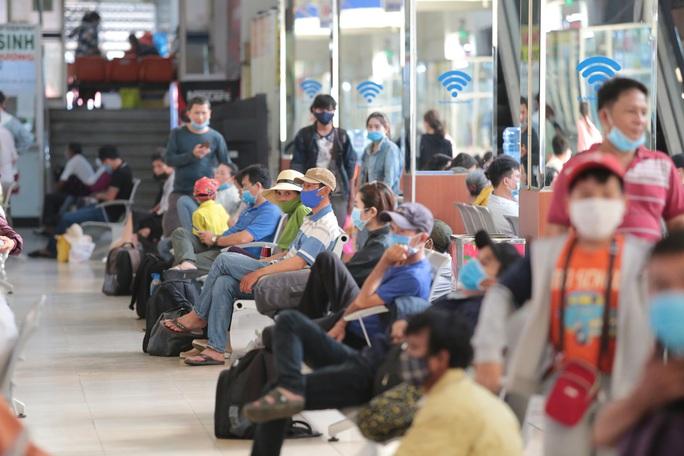Nới lỏng giãn cách xã hội, cửa ngõ TP HCM đông nghịt người đi nghỉ lễ  - Ảnh 10.