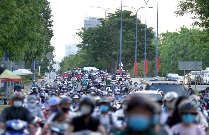 Nới lỏng giãn cách xã hội, cửa ngõ TP HCM đông nghịt người đi nghỉ lễ  - Ảnh 3.