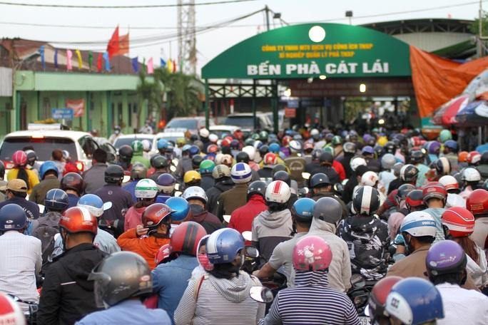 Nới lỏng giãn cách xã hội, cửa ngõ TP HCM đông nghịt người đi nghỉ lễ  - Ảnh 4.
