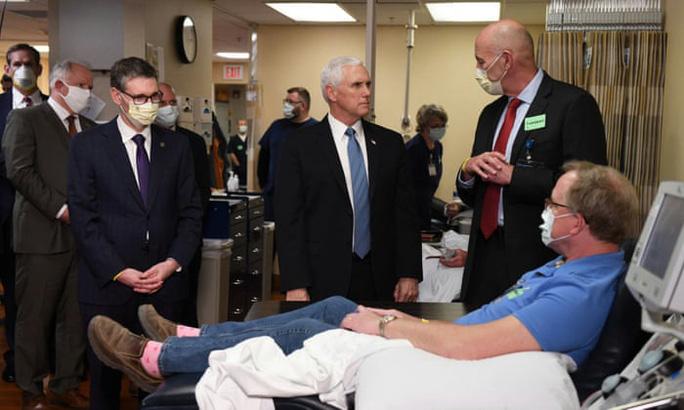 Covid-19: Phó Tổng thống Pence không đeo khẩu trang tại bệnh viện - Ảnh 1.